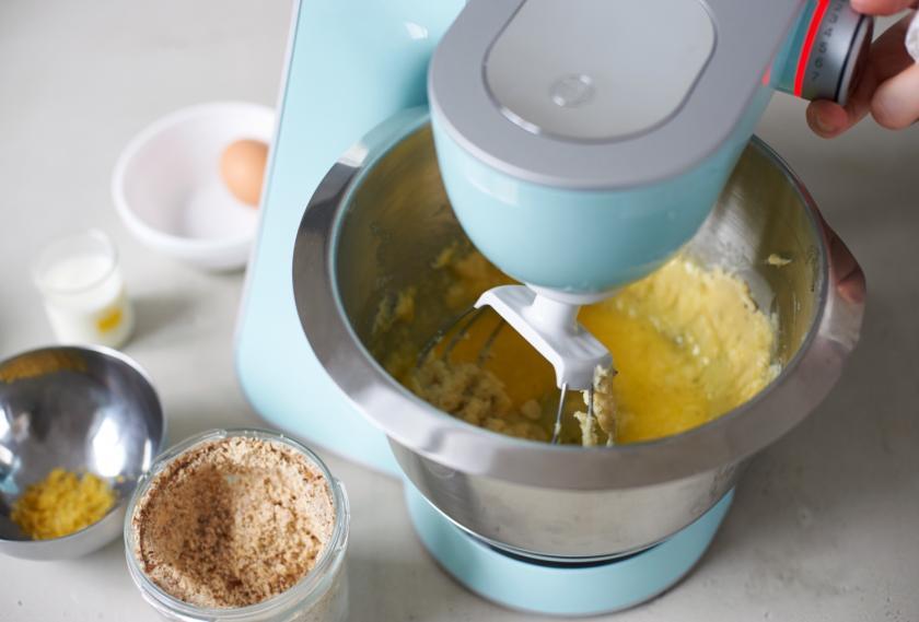 Haselnüsse werden in einer Küchenmaschine mit dem Teiig für die Pflaumen-Muffins verrührt.