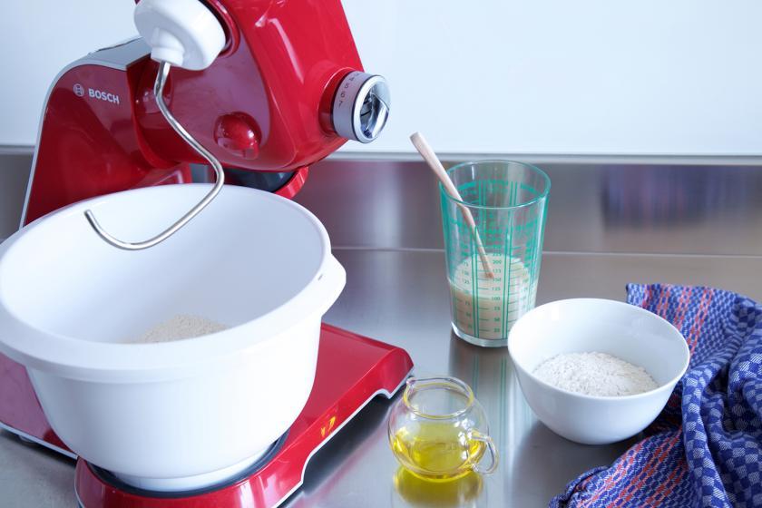 Für Pissaladière wird ein Hefeteig in einer Küchenmaschine zubereitet.