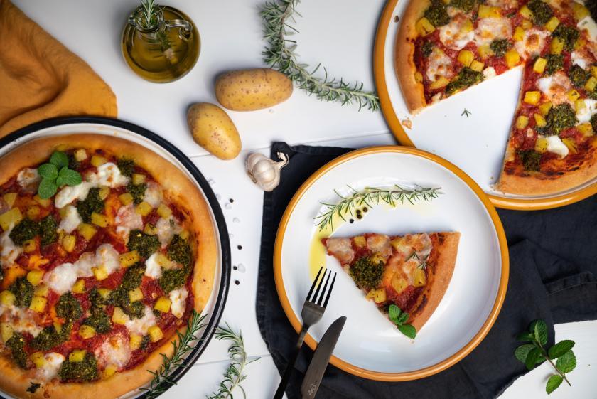 Zwei Pizzen mit Kartoffeln und Pesto.