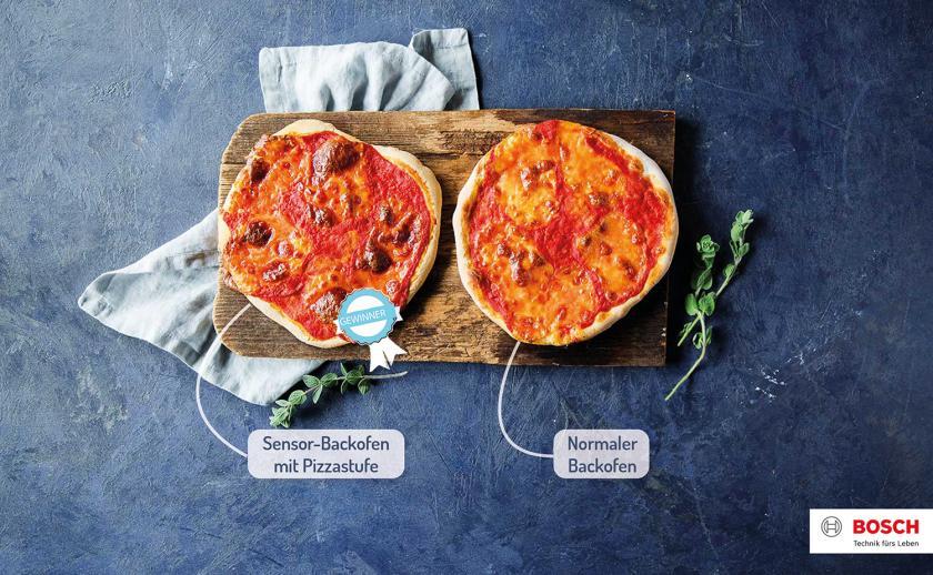 Zwei Pizzen nebeneinander, wo der Pizzateig im Sensor-Backofen gebacken und der andere im normalen Backofen gebacken wurde.