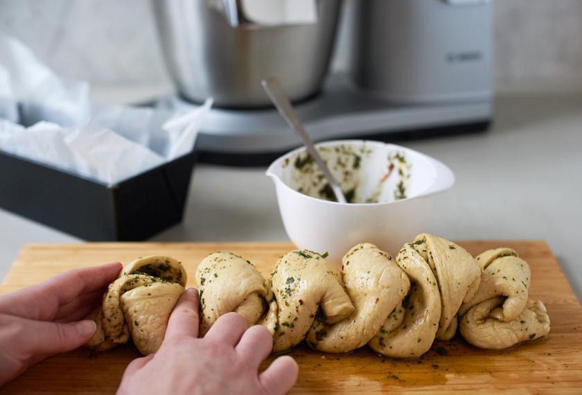 Das Pull Apart Bread wird wie eine Ziehharmonika gefaltet.