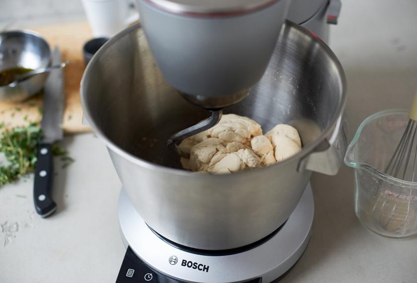 Teig für das Pull Apart Bread wird in einer Küchenmaschine geknetet.