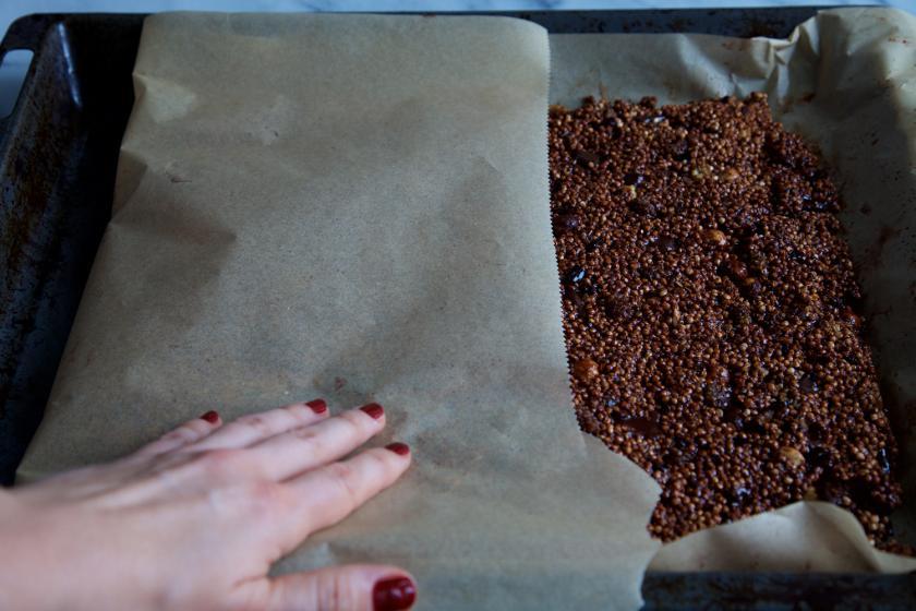 Die Masse für die Quinoa Riegel wird mit Backpapier bedeckt.
