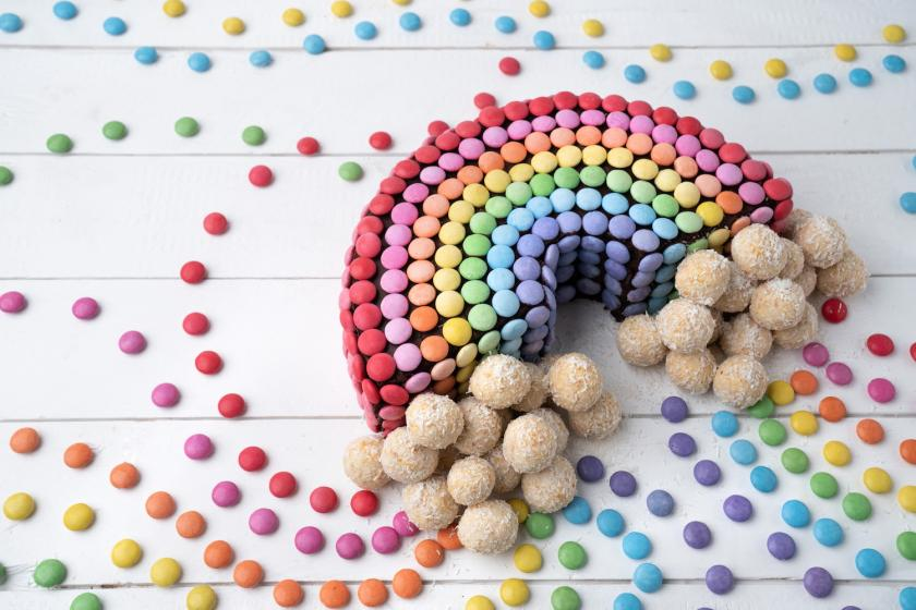 Regenbogen-Smarties-Kuchen mit Wolken aus Aprikosen-Kokos-Bällchen