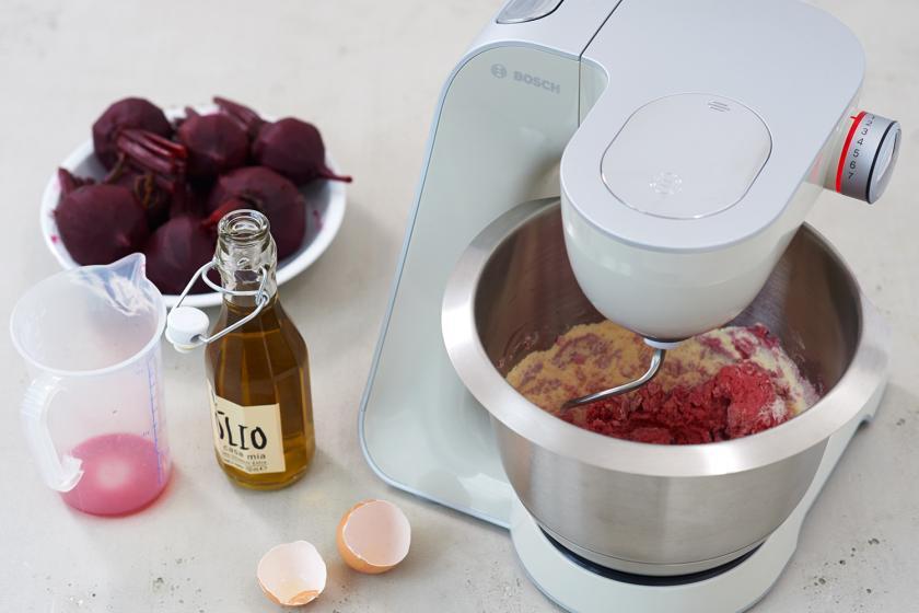 Für die Rote Bete Nudeln wird der Teig in einer Küchenmaschine geknetet.