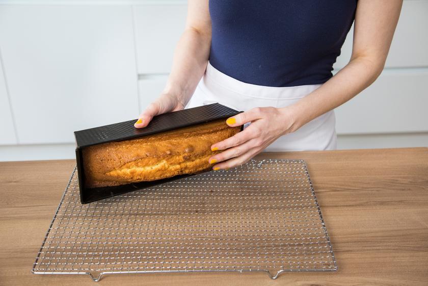 Ein Sandkuchen wird aus der Kastenform gestürzt.