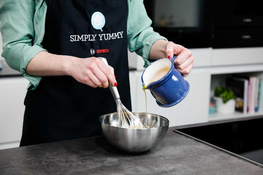 Butter wird zur aufgeschlagenen Eimasse gegeben.