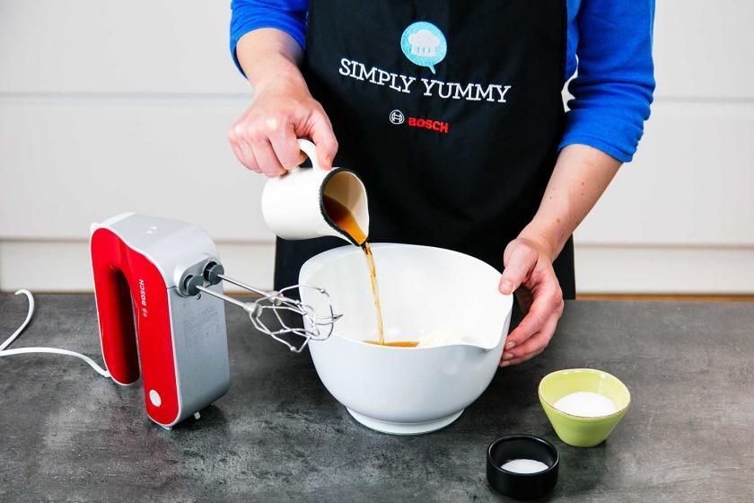 Für die Creme des Schneebälle Rezepts wird Amaretto in eine Schüssel gegeben.