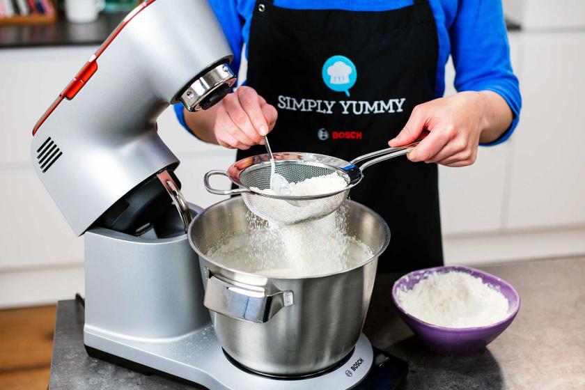 Mehl wird in die Küschenmaschine zum Teig für das Schneebälle Rezept gegeben.