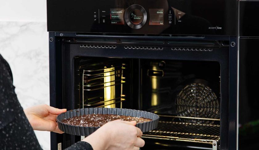 Das Schoko-Shortbread wird in den Ofen gegeben.