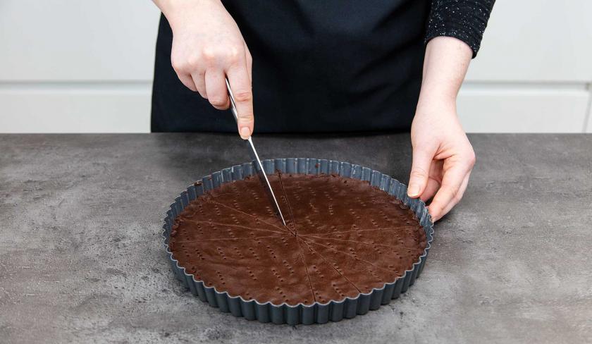 Das Schoko-Shortbread wird in Stücke geschnitten.