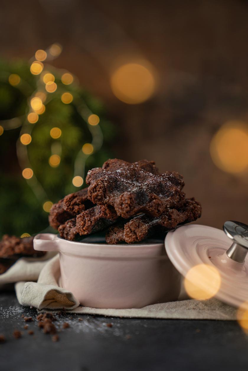 Schoko-Waffel-Kekse mit Tonkabohne in einem kleinen Topf auf einem Tisch,