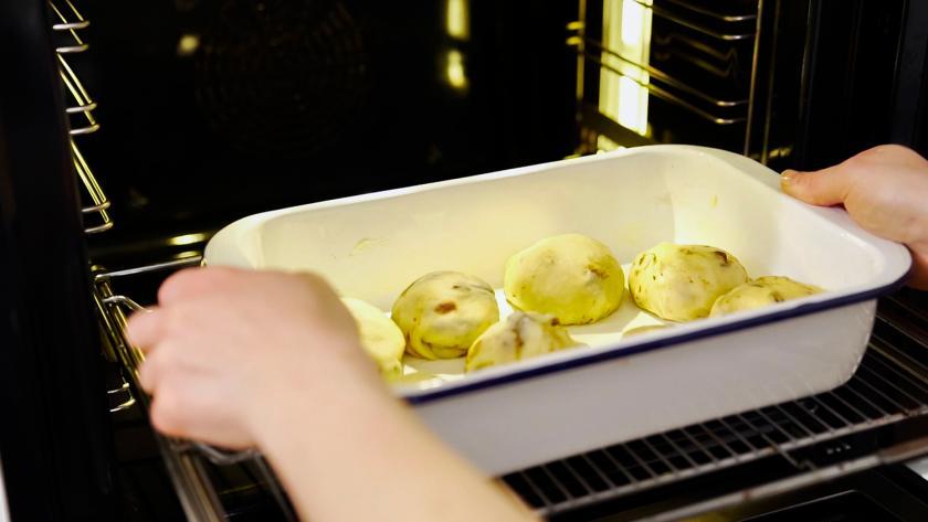 Schokobrötchen werden in den Ofen gegeben.