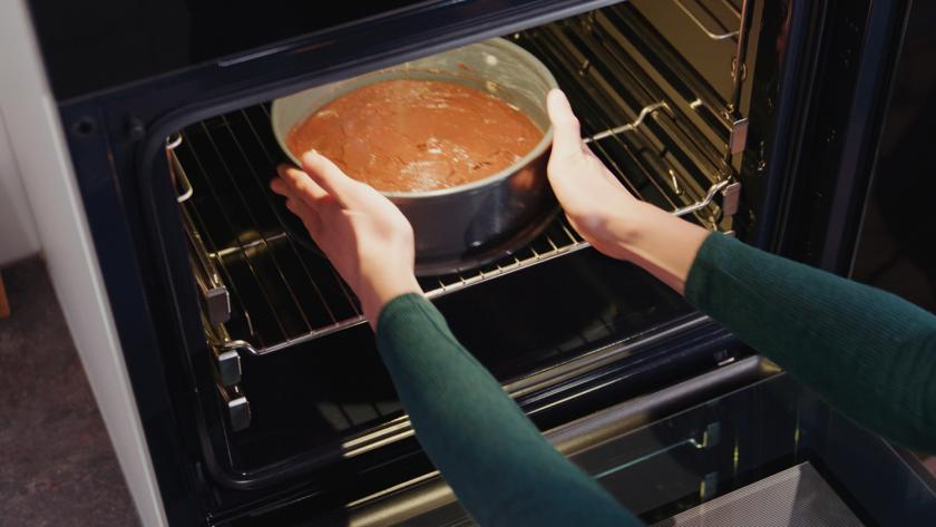Der Teig für den Boden der Schokomousse-Torte wird in einer Springform in den Ofen gestellt.