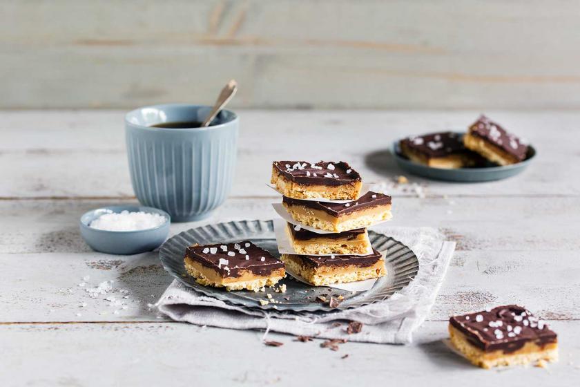 Shortbread auf dem Blech gebacken mit Karamell und Schokolade als Millionaires Shortbread gebacken.