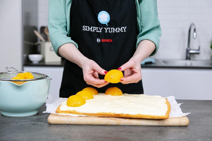 Pfirsichhälften auf dem Spiegeleikuchen verteilen