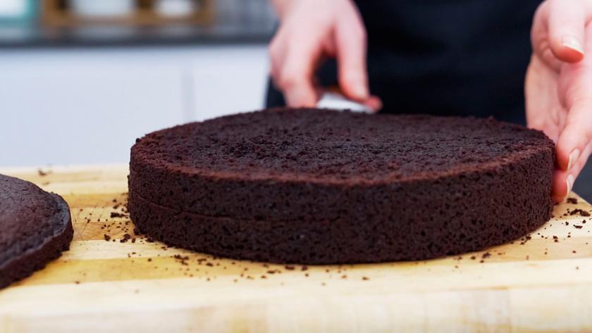 Der Boden für die Süßigkeiten-Torte wird geteilt.