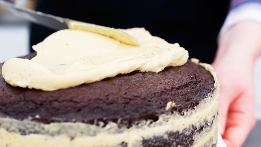 Die Böden für die Süßigkeiten-Torte werden eingestrichen.