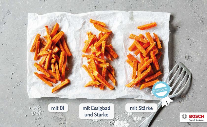 Drei verschieden gegarte Süßkartoffel-Pommes nebeneinander im Vergleich.