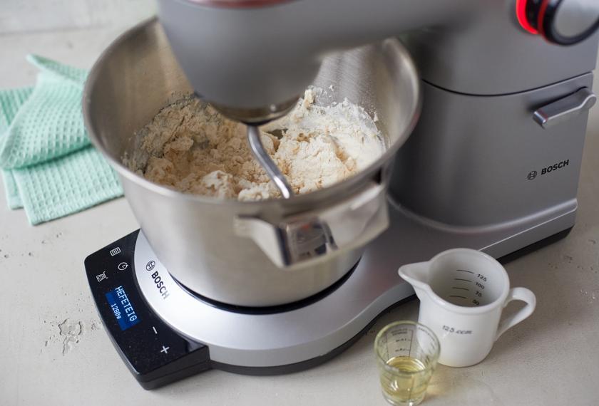 Das Toastbrot Rezept sieht einen Hefeteig vor. Die Zutaten werden in einer Küchenmaschine geknetet.