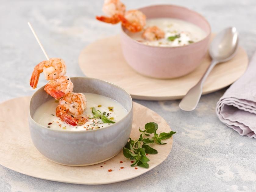 Topinambursuppe mit Garnelen in zwei Suppenschüsseln serviert.