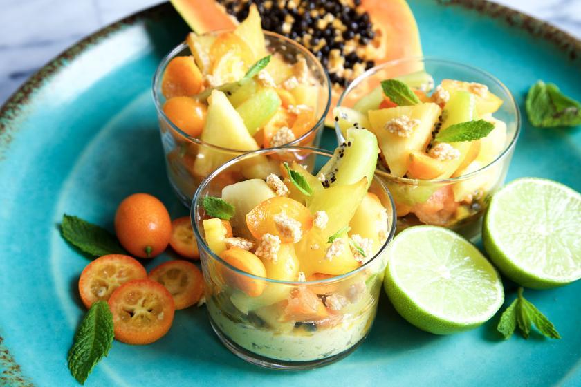 Tropischer Fruchtsalat in drei Schälchen mit viel Obst angerichtet.