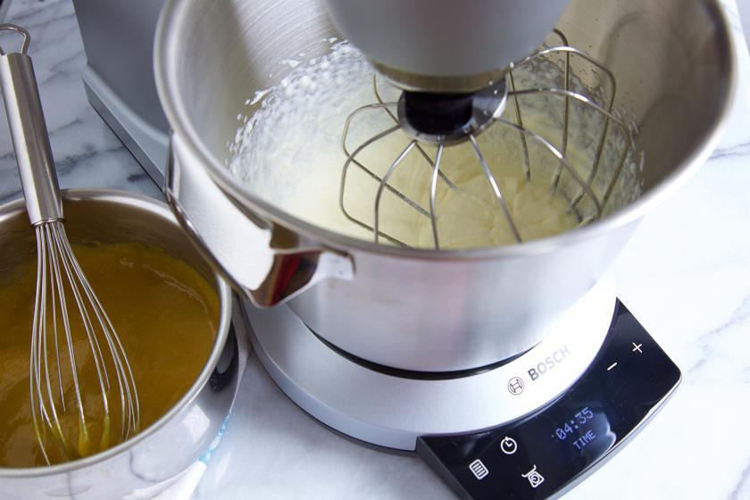 Für den tropischen Fruchtsalat wir Sahne in einer Küchenmaschine steifgeschlagen.