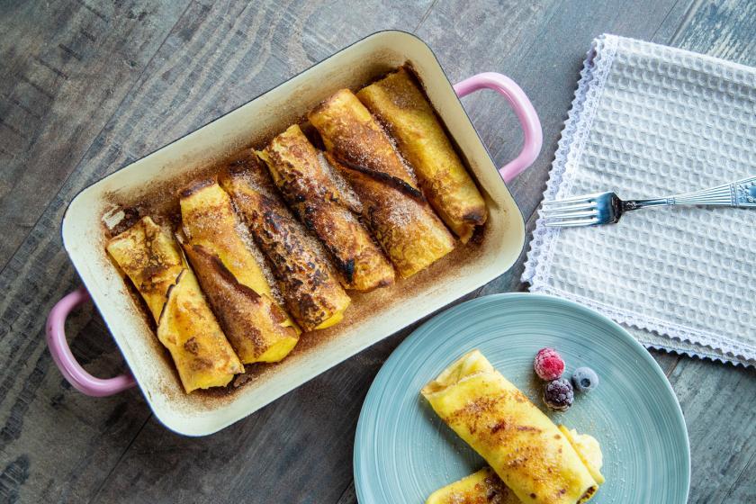 Auflaufform mit gefüllten und überbackenen Crêpes.