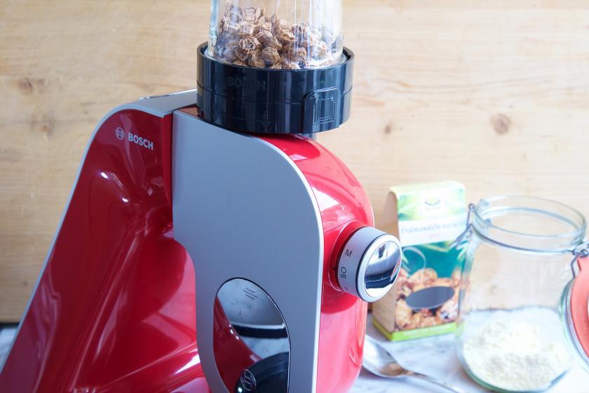 Für veganer Pudding werden Mandeln in einer Küchenmaschine gemahlen.