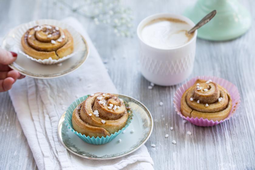 Schwedische Zimtschnecken auf kleinen Tellern angerichtet.
