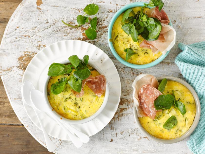 Zucchini-Feta-Auflauf in drei Auflaufförmchen mit Salami