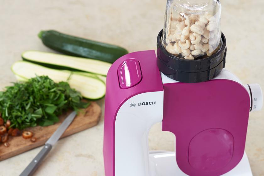 Die Cashewkerne für die Füllung der Zucchiniröllchen werden in einem Mixer zerkleinert.