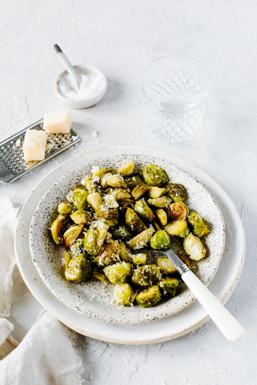 Teller mit Rosenkohl aus dem Ofen und Parmesan.