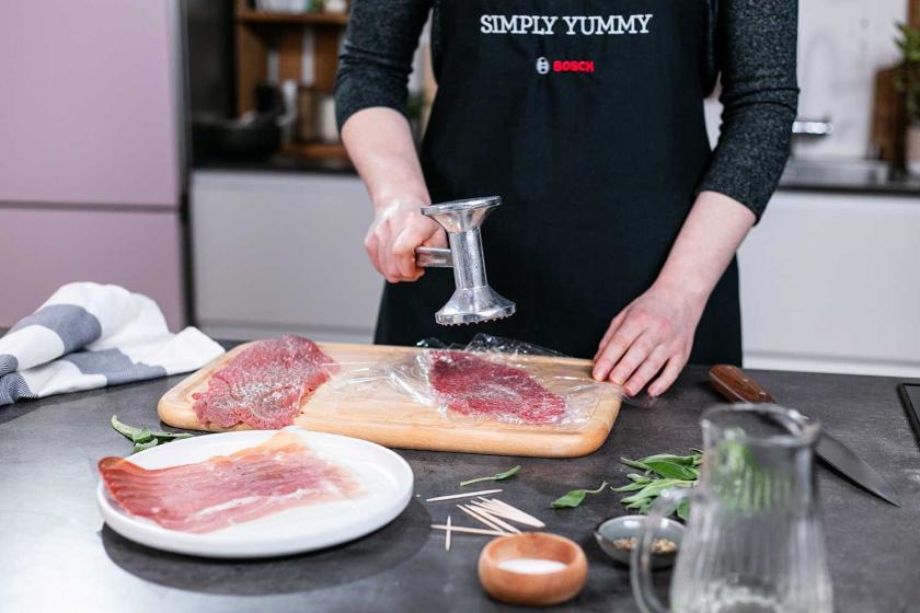 Das Fleisch für Saltimbocca alla romana wird plattiert.