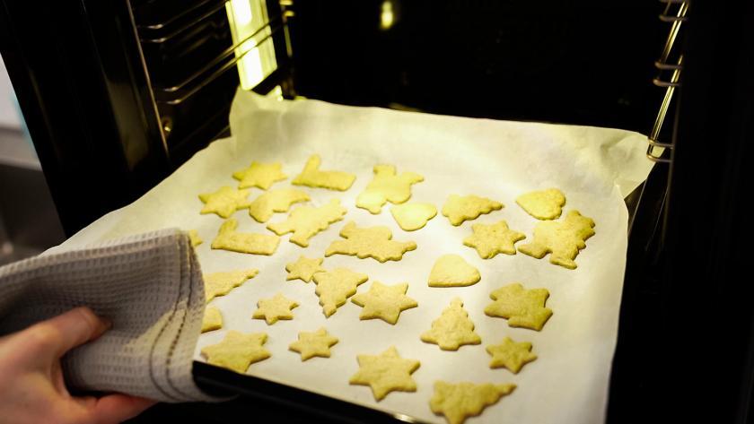 Plätzchen werden aus dem Ofen genommen.