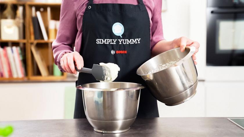 Die Creme für das Salzkaramell-Trifle wird gerührt.