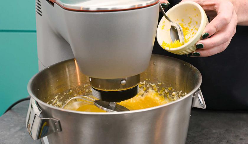 Zum Teig für die Schmandschnitten mit Glühweinkirschen wird Zitronenabrieb in die Rührschüssel gegeben.