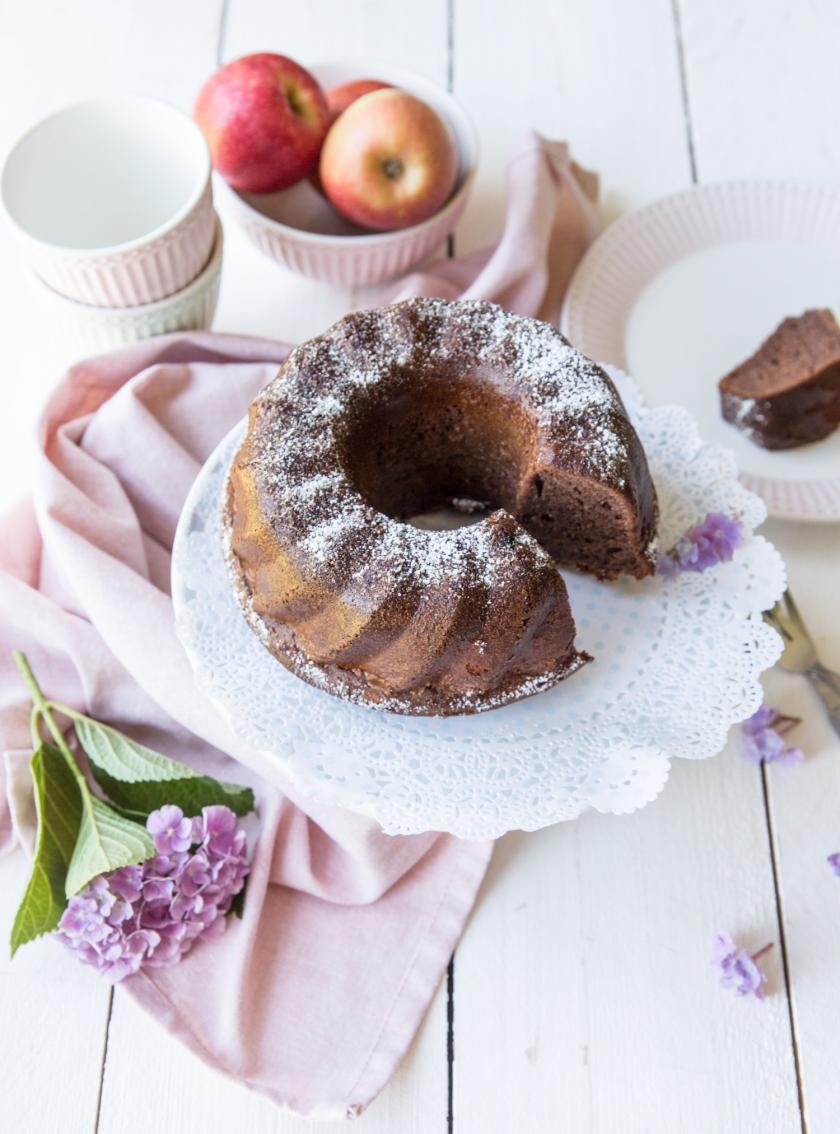 Apfelmuskuchen schnell und einfach gebacken ist auf einer Kuchenplatte angerichtet.