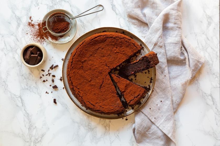 Schneller Rote-Bete-Schokoladenkuchen mit Mandeln auf einem Teller angerichtet.