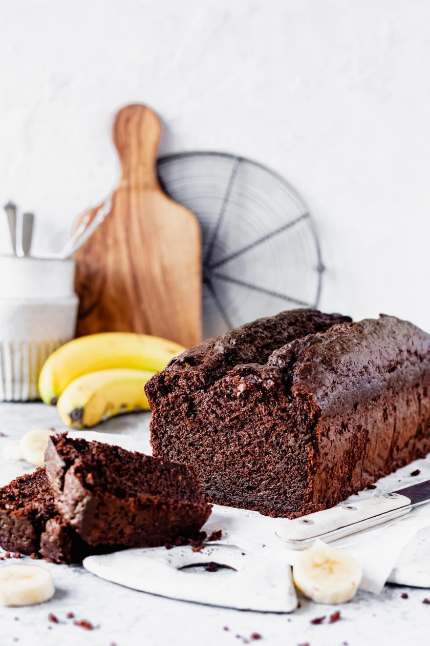 Schoko-Bananen-Kuchen ohne Zucker angeschnitten auf einem Brettchen.