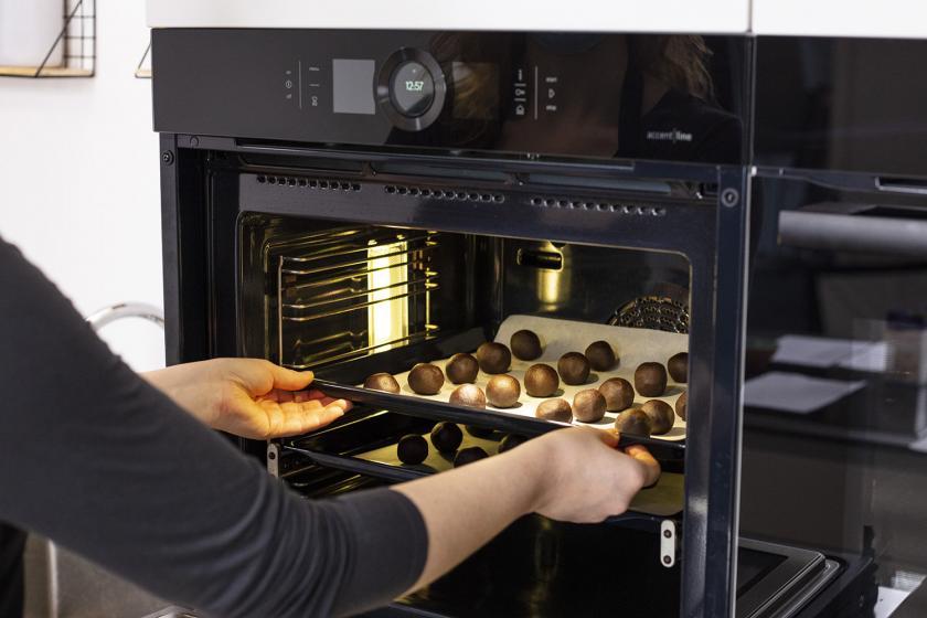 Schokobon-Plätzchen werden in den Ofen gegeben.