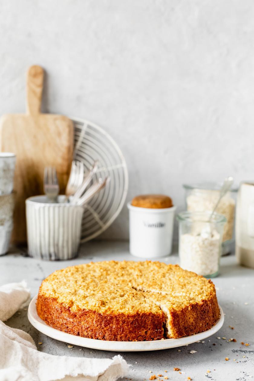 Schwedischer Haferflockenkuchen auf einer Kuchenplatte auf einem Tisch.