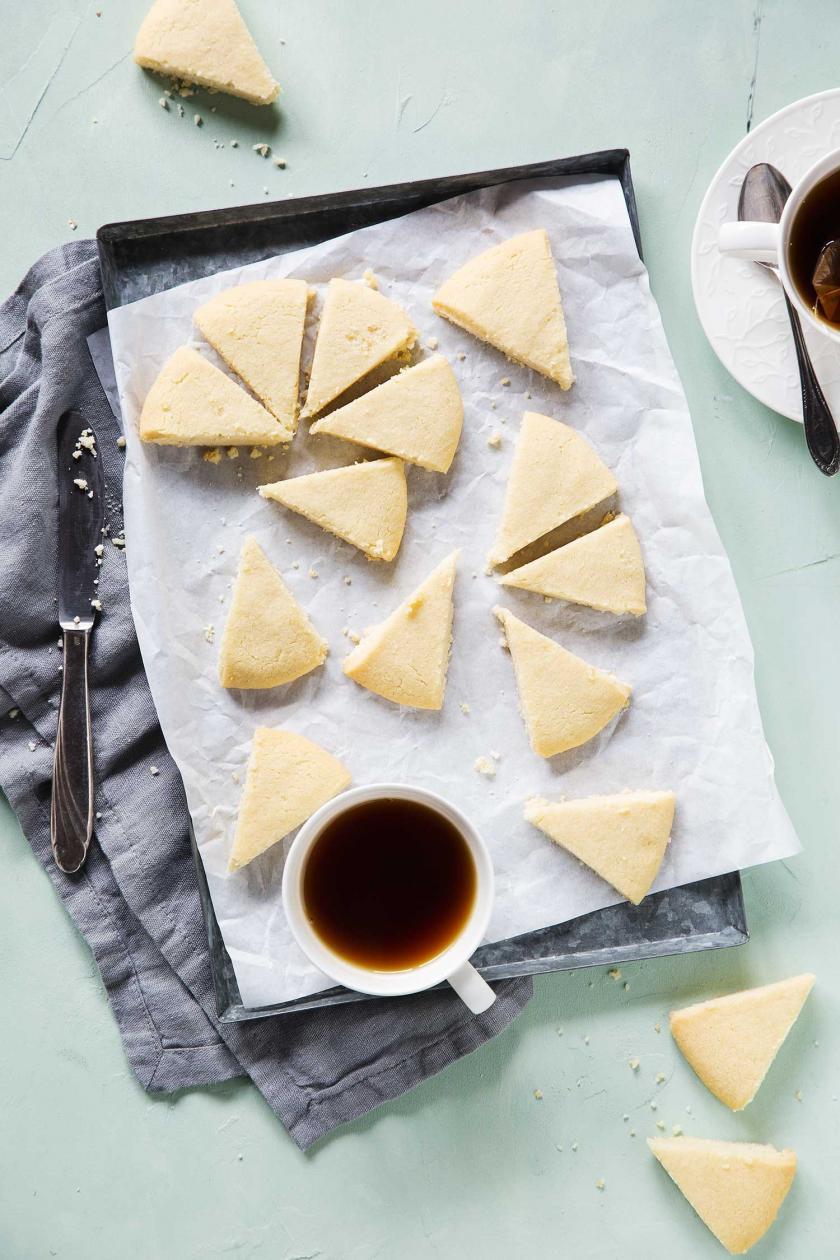 Shortbread in Kuchenstücke, sogenannte Petticoat Tails, geschnitten und mit Kaffee serviert.