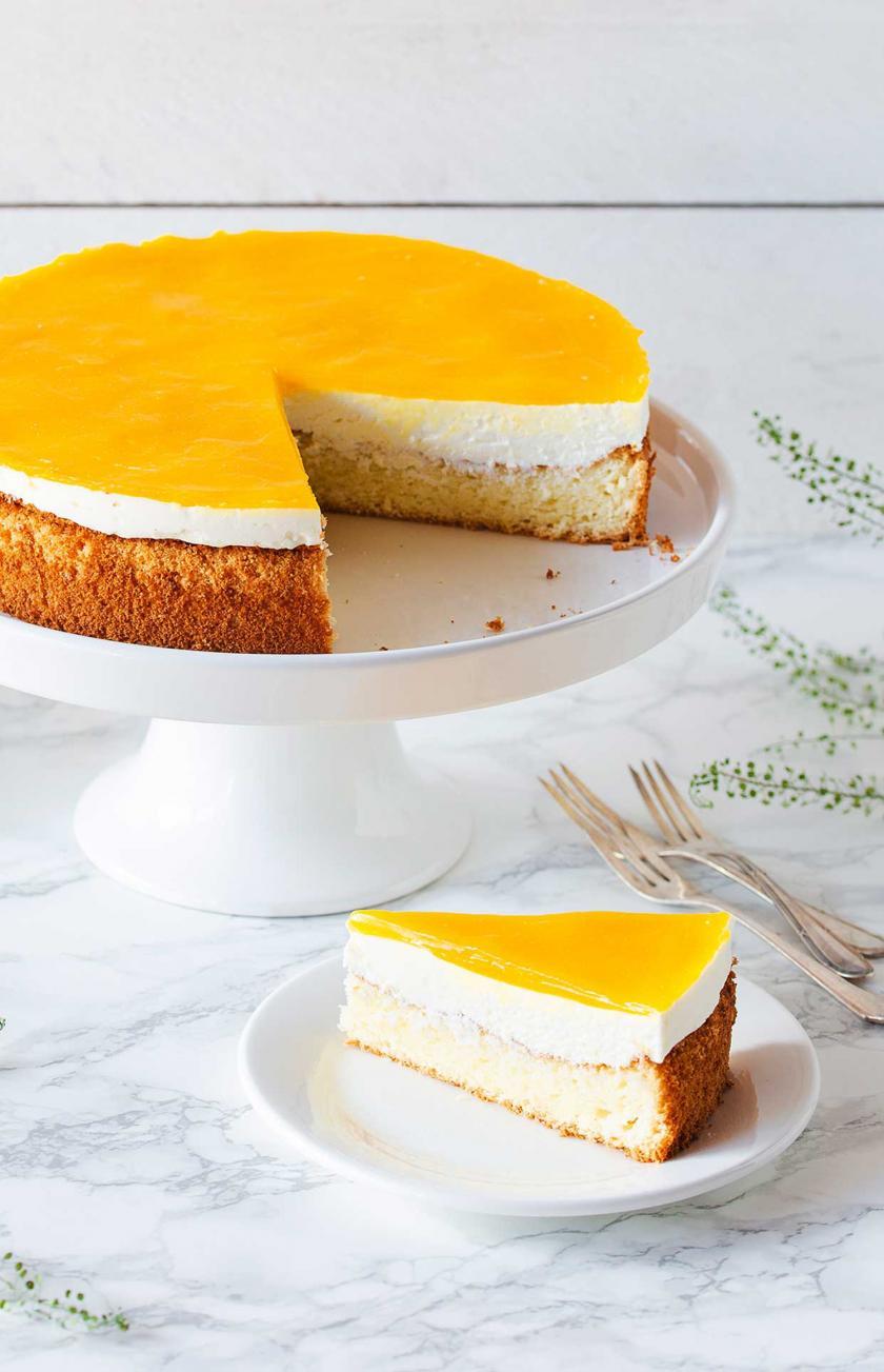 Angeschnittene Solero-Torte auf einer weißen Tortenplatte.