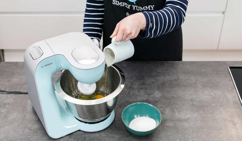 Wasser wird  zum Teig für die Solero-Torte in die Küchenmaschine gegeben.