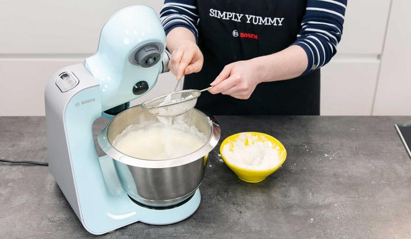 Mehl wird auf den Teig für die Solero-Torte gesiebt.
