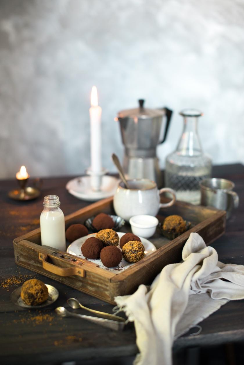 Spekulatius-Pralinen in Holzdose in weihnachtlichem Setting.