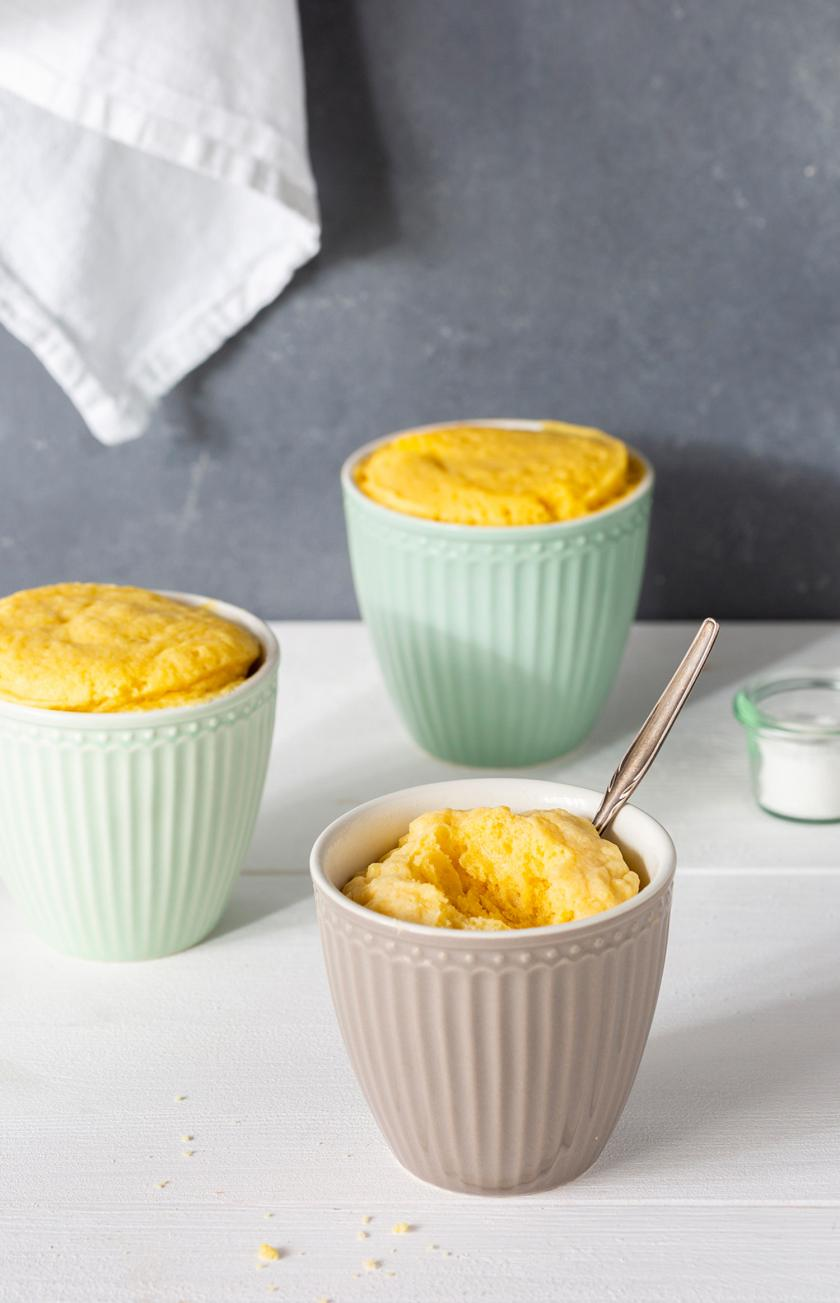 Drei Tassenkuchen nach Grundrezept auf einem Tisch.