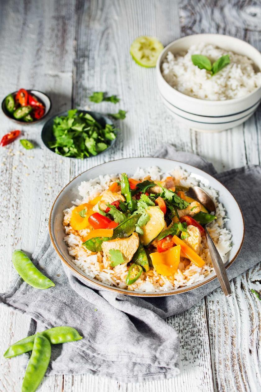 Thai Curry mit Reis in einem Teller angerichtet.