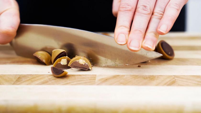 Für die Toffifee-Torte werden Toffifee-Pralinen gehackt.